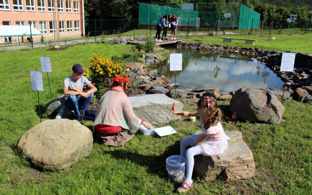 V Holčovicích mají novou přírodní zahradu, o víkendu se slavnostně otevřela veřejnosti