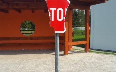 Vandal poškodil značky na dětském dopravním hřišti v Bruntále