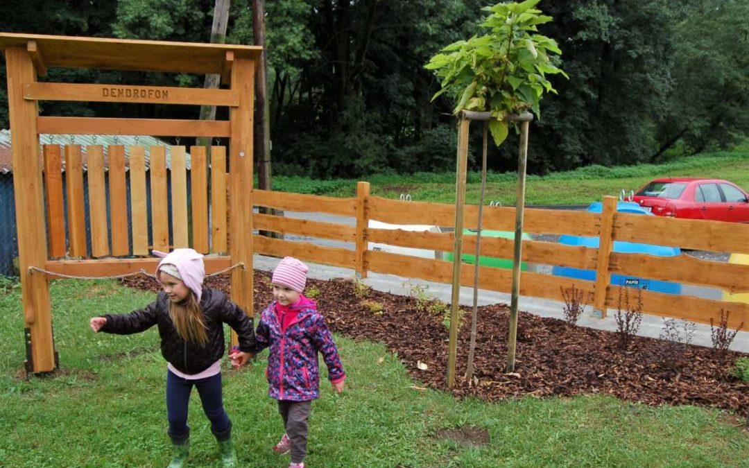 Nová zahrada u mateřské školy v Dívčím Hradě přibližuje děti k přírodě