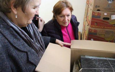 Třídění vzorníků látek a dezénových knih z vyhořelé Karnoly začíná
