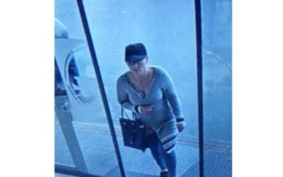 Policie pátrá po ženě, která ukradla seniorce v Rýmařově peněženku