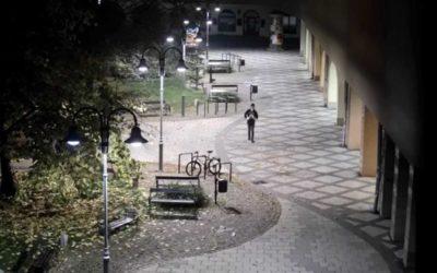 V Krnově se vloupal do dvou prodejen, policie pátrá po pachateli