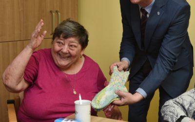 Seniorky pletou ponožky pro babičky a dědečky v domovech, aby jim nebyla zima na nohy