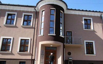 Vloupání do vrbenské radnice: Pachatel rozbil okno a dveře