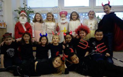 Žáci prožili výuku v maskách čertů, andělů a Mikulášů