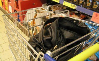 Zloděj v Bruntále ukradl seniorce peněženku přímo z kabelky