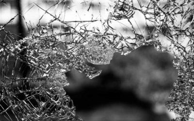 Vandal rozbil skleněnou výplň dveří na budově rýmařovské Polikliniky