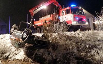 V Malé Štáhli polský řidič skončil v potoce, auto převrátil na střechu
