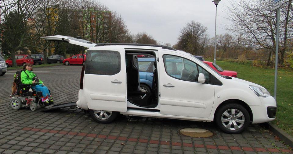 V Krnově zloděj ukradl vozíčkářce upravené auto