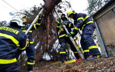CELODENNÍ REPORTÁŽ Z BRUNTÁLSKA! Silný vítr lámal stromy a větve, necelých 300 domácností bylo bez proudu