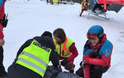 Lyžařské hlídky pomáhali zraněnému chlapci v Karlově pod Pradědem