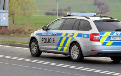 Zloděj ukradl seniorce kabelku na autobusové zastávce v Krnově
