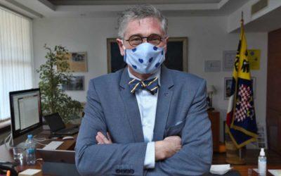 Hejtman Moravskoslezského kraje vyzval občany, aby na veřejnosti používali roušky, byť jen improvizované