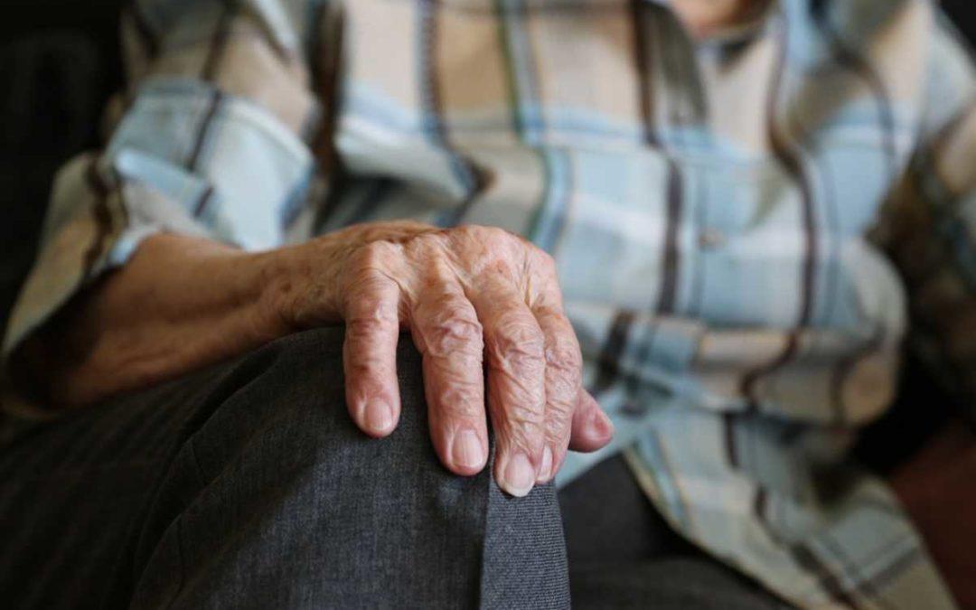 Zloděj v Bruntále vytrhl devadesátileté ženě z ruky kabelku
