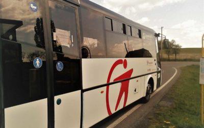 Děti se vracejí do školy, autobusy k běžným jízdním řádům