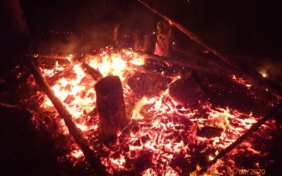 Při nočním požáru posedu hasiči objevili tělo muže