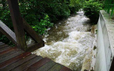 V řece na Osoblažsku se utopil šedesátiletý muž, po ženě pátrá policie