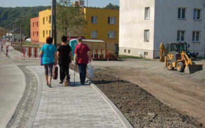Chůze Dívčím Hradem bude díky novým chodníkům bezpečnější