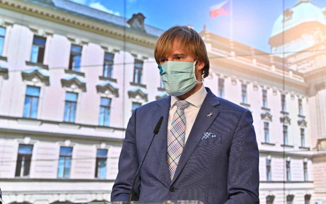 Ministr zdravotnictví Adam Vojtěch: Zavedeme povinnost nosit roušku ve vnitřních prostorách budov v celé ČR