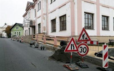 Obnova zídky u divadla v Bruntále pokračuje
