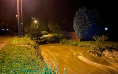 Krnov v pohotovosti! Stoupá hladina řek a potoků, voda zatopila hřiště v Chomýži