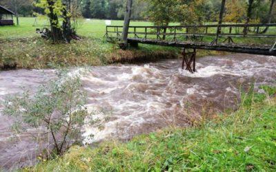Řeka Černá Opava ve Vrbně pod Pradědem nad ránem dosáhla druhého povodňového stupně