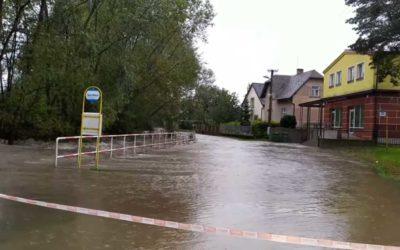 Ve Městě Albrechticích se vylila řeka Opavice, zaplavila silnici a zastávku