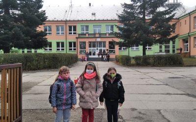Žáci prvních a druhých tříd základních škol se po více než měsíci vrátili do škol