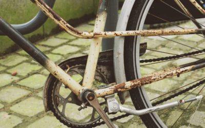 Muž v Krnově opravoval kolo z kontejneru, přišli na něj strážníci