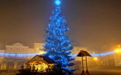 Bruntál: Na náměstí svítí modře vánoční strom, doplňuje ho betlém a zvonička