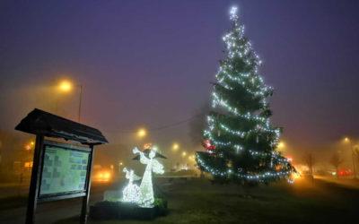 Podívejte se! Centrum ve Vrbně pod Pradědem zdobí vánoční strom a svítící andělé