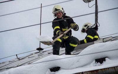 Hasiči z Moravskoslezského kraje opět nabízejí seznam firem na shazování sněhu a ledu ze střech