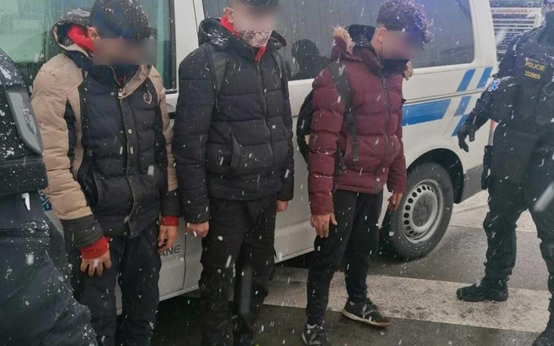 Moravskoslezská policie: Tři migranti se ukrývali v návěsu