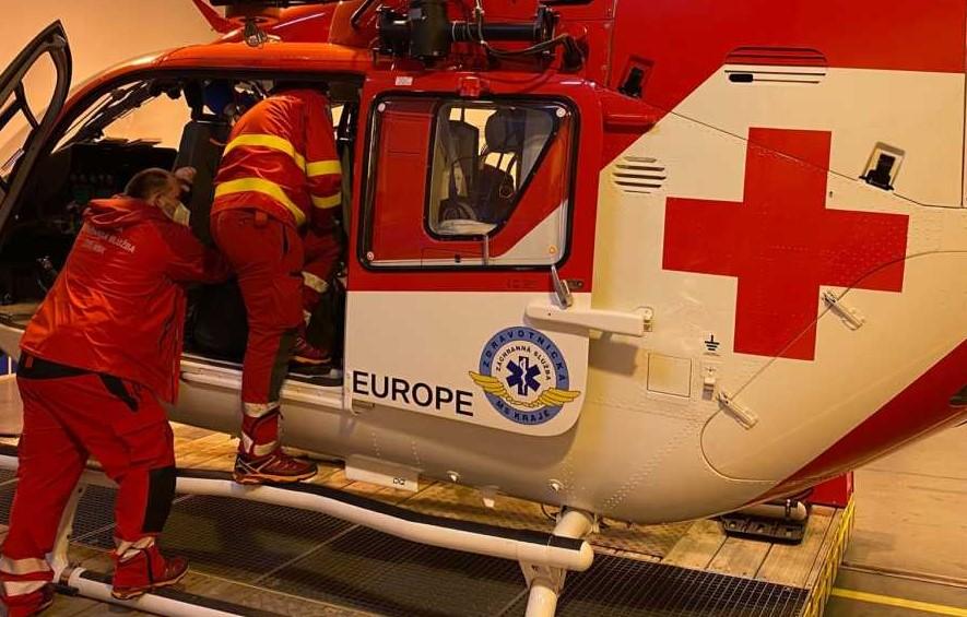 Muž v Krnově spadl ze střechy, letěl pro něj vrtulník