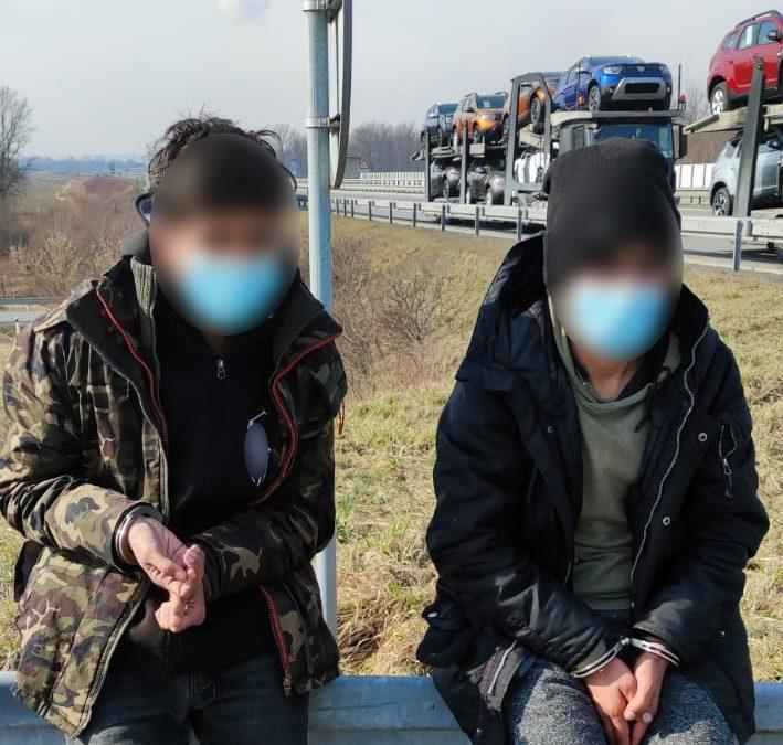 Policie našla migranty z Afghánistánu v nových autech naložených na návěsu kamionu