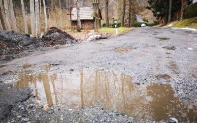 Zničenou silnici z Vrbna na Drakov čeká plošná výsprava