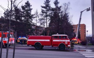 V Krnově vzplanul byt! Hasiči zachránili sedm lidí, dva skončili v nemocnici