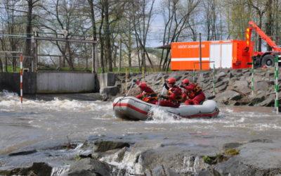 Opavští profesionální hasiči cvičili zásah na tekoucí a divoké vodě