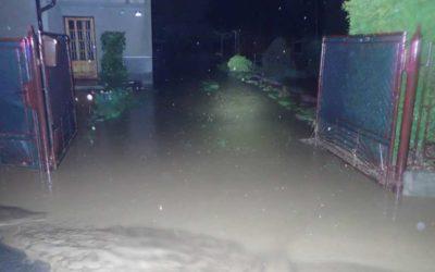 Moravskoslezští hasiči čerpali vodu a odklízeli bahno po večerním lijáku