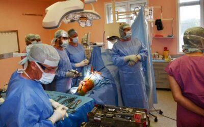 Krnovští ortopedi vyzkoušeli u operace nejmodernější počítačovou navigaci