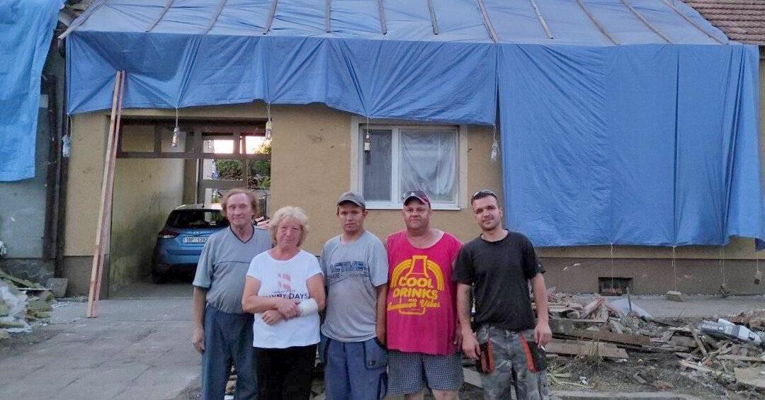 Pět mužů z Vrbna vyrazilo na jižní Moravu! Pomáhají rodinám, které zasáhlo ničivé tornádo
