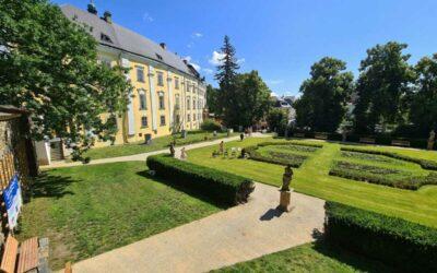 Bruntálský zámek má nově opravený park