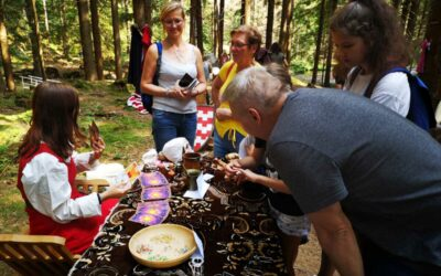 Podívejte se! Na Vrbensku probíhá velkolepá Lesní slavnost Lapků z Drakova