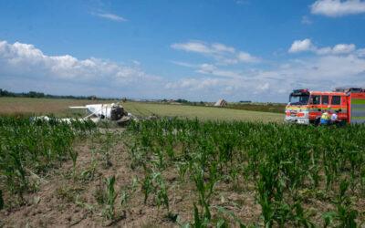 Po nehodě letounu v Dolním Benešově byli zraněni čtyři lidé, stroj skončil na střeše