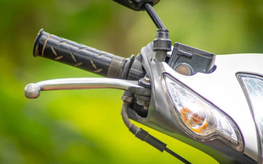 Opilý motorkář boural v Janově, neměl ani řidičský průkaz