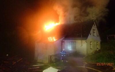 Noční požár střechy domku na Rýmařovsku vznikl od blesku, zasahovalo pět jednotek